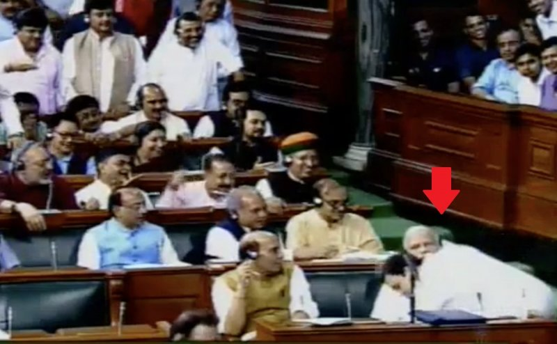 राहुल ने पीएम मोदी को लगाया गले तो यूजर्स ने लिए कुछ यूं मजे...