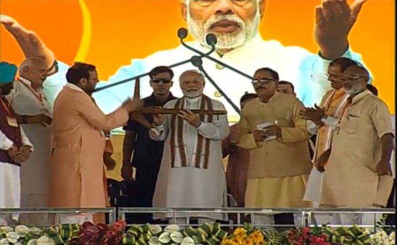 शाहजहांपुर पहुंचे पीएम मोदी, मंत्री सुरेश खन्ना ने हल भेंट कर किया स्वागत
