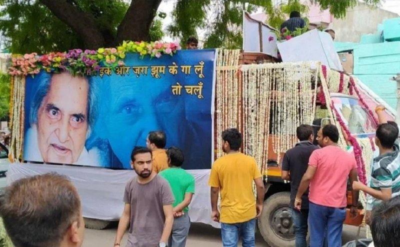 महाकवि नीरज का पार्थिव शरीर पहुंचा अलीगढ़, कुछ देर बाद किया जायेगा अंतिम संस्कार
