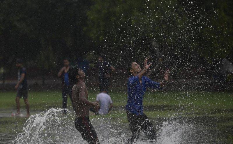 दिल्ली एनसीआर में हुई झमाझम बारिश, एन्जॉय करते नजर आए लोग