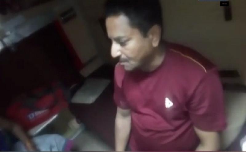 झांसी: छेड़छाड़ के आरोप में रेल अधिकारी की चप्पलों से पिटाई, वीडियो वायरल
