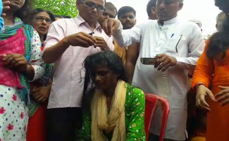 सरकार के खिलाफ शिक्षामित्रों का प्रदर्शन, महिलाओं ने कराया मुंडन