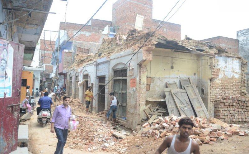 लखनऊ में गिरी 60 साल पुरानी इमारत, मलबे में दबे कई वाहन