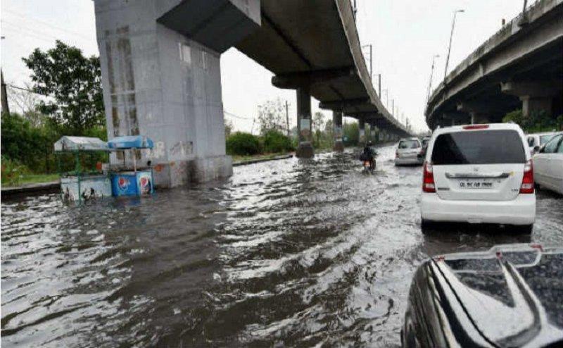 बारिश ने ली यूपी में 25 लोगों की जान, लखनऊ हुआ बेहाल