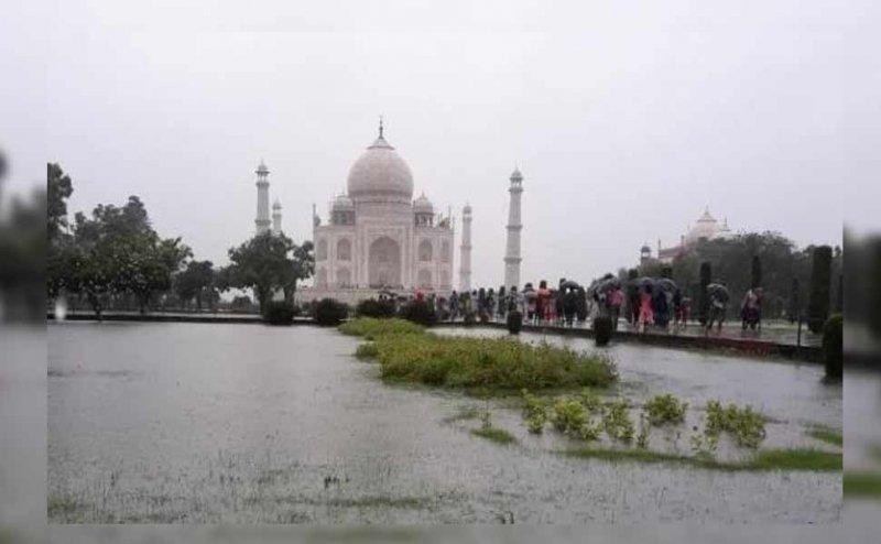आगरा: ताजमहल में जलभराव, पर्यटकों की बढ़ी परेशानी