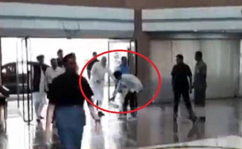 Video: इटावा के BJP सांसद का पीएम मोदी ने पकड़ा हाथ, नहीं छूने दिए पांव