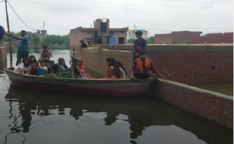 मुरादाबाद में 7 फिट तक भरा बारिश का पानी, नाव चलाना बनी मजबूरी