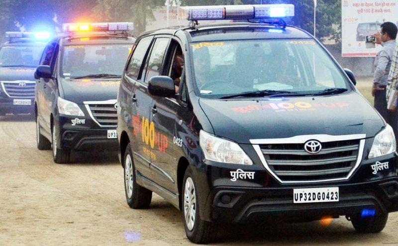 कानपुर: जलभराव में फंसी यूपी 100 की गाड़ी, छत पर बैठ कर पुलिसकर्मियों ने गुजारी रात