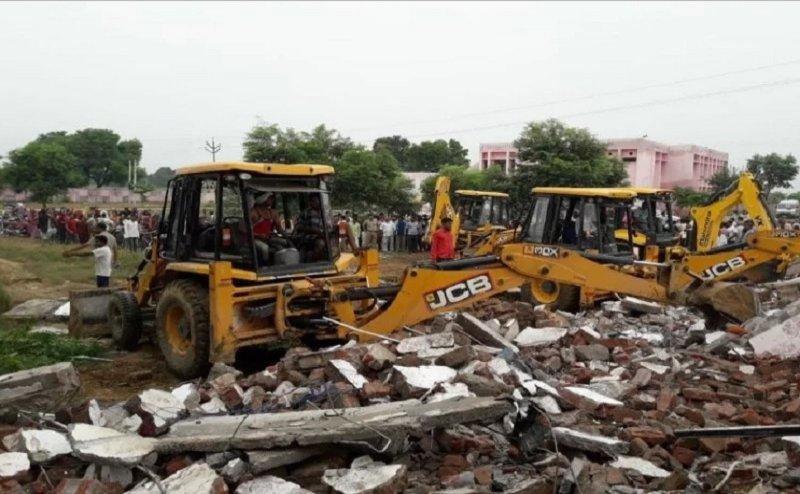 यूपी: दो मंजिला मकान धराशायी, दो की मौत, रेस्क्यू ऑपरेशन जारी