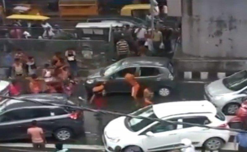 दिल्ली में कांवड़ियों ने कार में की तोड़फोड़, अभी तक नहीं हुई कोई गिरफ्तारी