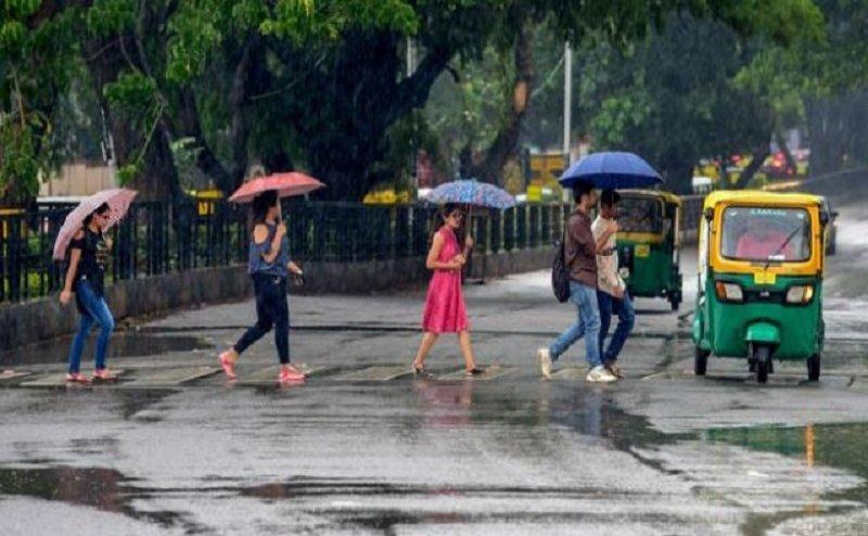 दिल्ली एनसीआर में तेज हवा के साथ झमाझम बारिश, तापमान में गिरावट