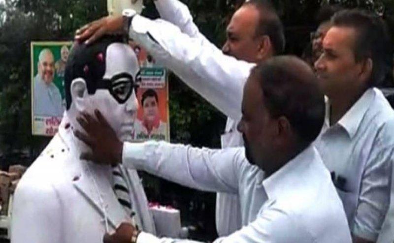 मेरठ: BJP MP ने किया अंबेडकर प्रतिमा का माल्यार्पण तो वकीलों ने किया मूर्ति का शुद्धिकरण