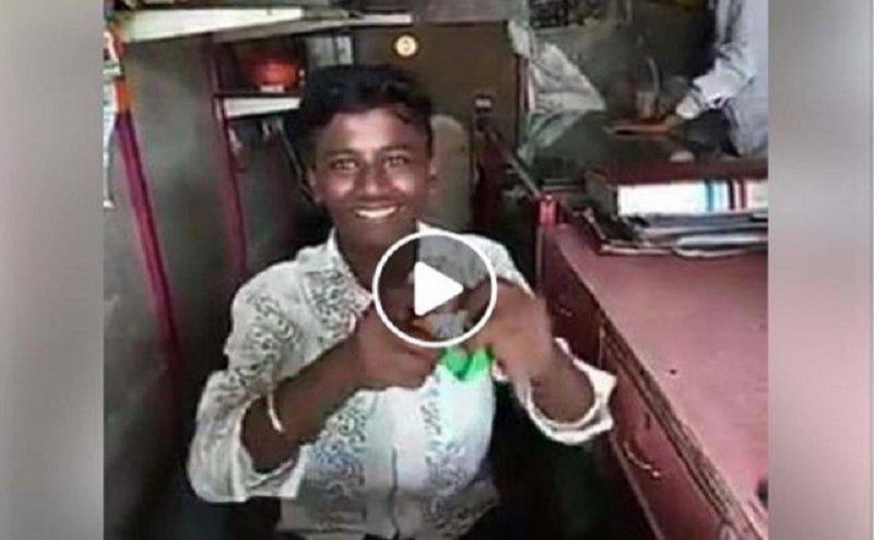 VIDEO: 'कट्टर मुसलमान' बताकर युवक ने फाड़ा तिरंगा, लोगों ने की जमकर धुनाई