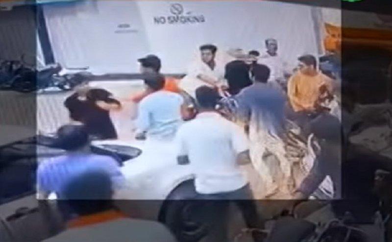 गोरखपुर: बोतल में पेट्रोल देने से किया मना तो दबंगों ने कर्मचारी को पीटा