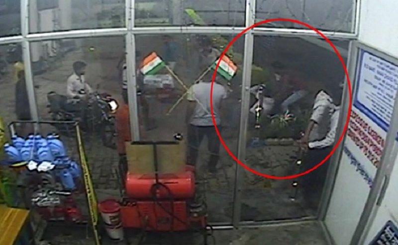 बुलंदशहर: पेट्रोल पंप पर हंगामा, कर्मचारी को पीटा, 10 हजार रुपए नगदी लूटी