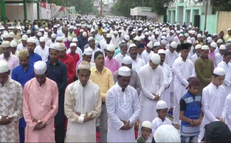 कानपुर: सुरक्षा घेरे के बीच बड़ी ईदगाह पर नामाजियों ने अदा की नमाज