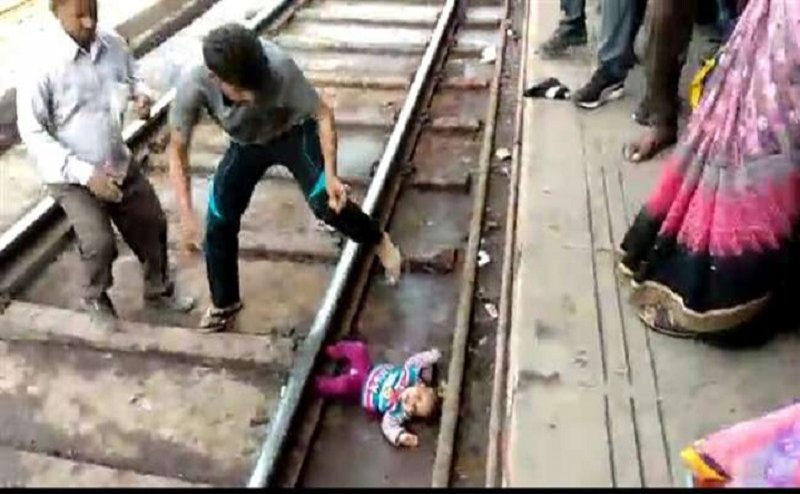मथुरा स्टेशन पर मां की गोद से छूटकर रेलवे ट्रैक पर गिरी 1 साल की बच्ची, जानिए क्या हुआ?