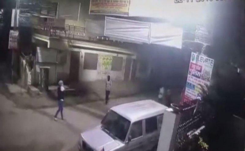 प्रयागराज में बीजेपी नेता के घर पर फायरिंग, एक के बाद एक कई भी बम फोड़े