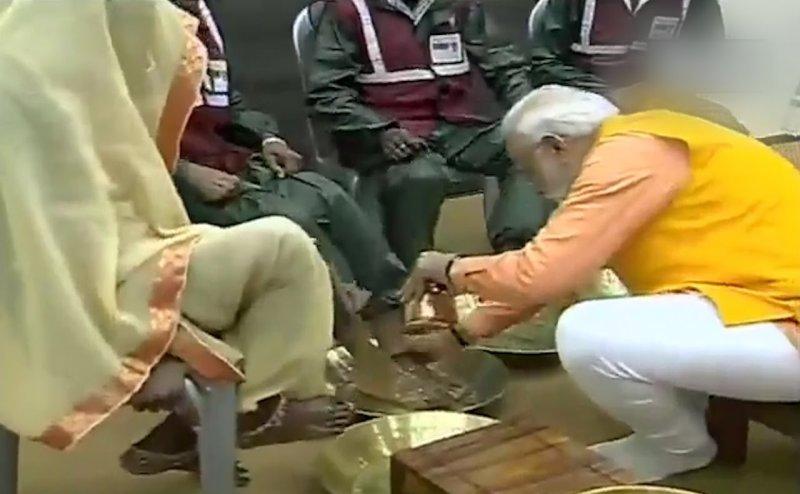 एक तरफ PM मोदी सफाईकर्मियों के पैर धो रहे हैं, दूसरी तरफ सफाईकर्मी वेतन के लिए आंदोलन कर रहे हैं