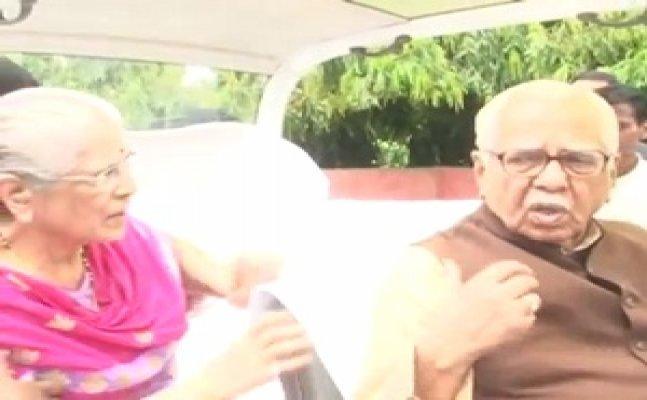 पत्नी के साथ यूपी के राज्यपाल राम नाईक ने किया ताज और आगरा किले का दीदार