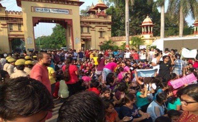पीएम के आगमन से पहले छेड़खानी से नाराज BHU छात्राओं का हंगामा