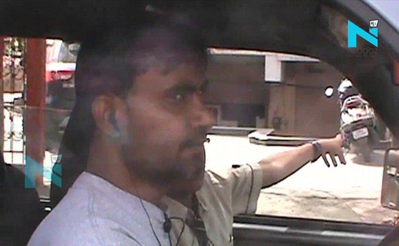 हादसों से नहीं ले रहे सबक, मथुरा में ड्राइवर इयर फोन लगाकर चला रहा स्कूल वैन
