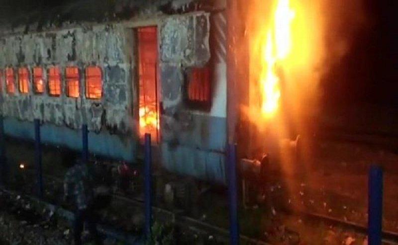 आतंकी संगठन ने दी धमकी, उधर आगरा कैंट स्टेशन पर ट्रेन में लगी आग