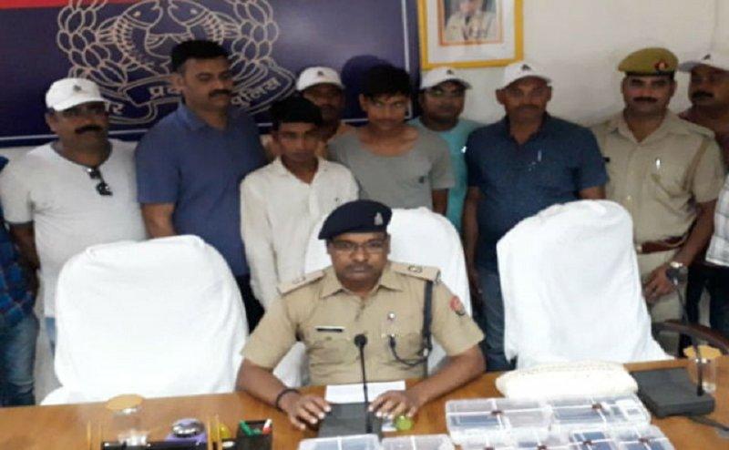 गर्लफ्रेंड को खुश करने के लिए बने लुटेरे, पुलिस ने दोनों को किया गिरफ्तार