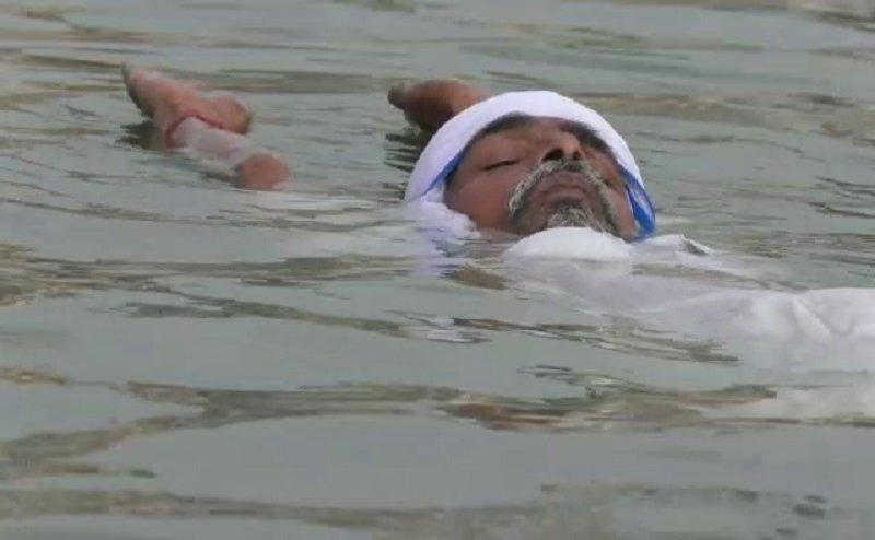 Yoga Day 2018- वाराणसी में ये बाबा जमीन पर ही नहीं बल्कि पानी में भी करते हैं योग