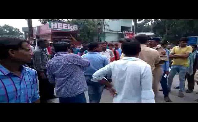 इलाहाबाद : वकील से विवाद, बस चालकों ने किया चक्का जाम