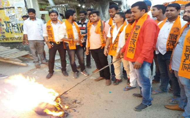 गोरखपुर: सेना पर विवादित बयान देने पर शिव राष्ट्र सेना ने फूंका आजम खान का पुतला