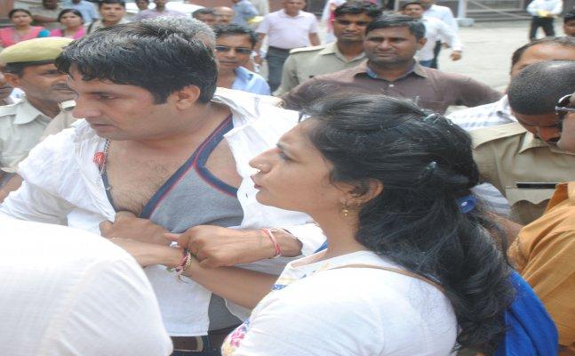 Meerut: demonstrating teacher beaten teacher over flirting