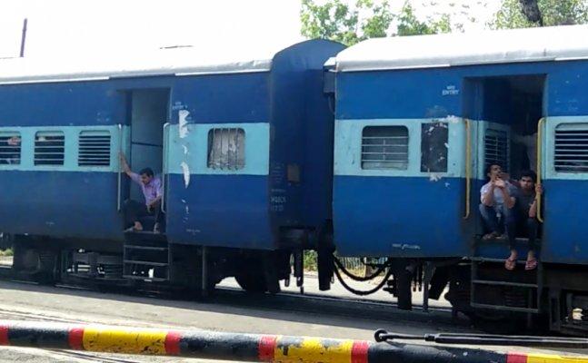 बाढ़ के कारण लखनऊ में 16 ट्रेन हुई रद्द, यात्री परेशान