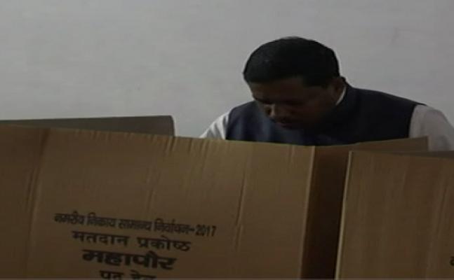 आगरा में SC आयोग चेयरमैन रामशंकर कठेरिया ने डाला वोट