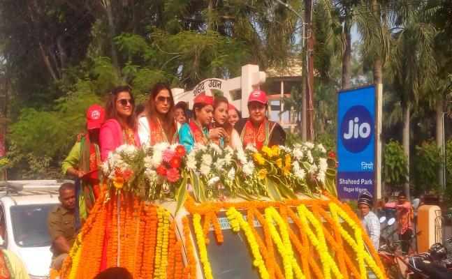 वाराणसी: सपा के लिए अभिनेत्री सारा खान का रोड शो