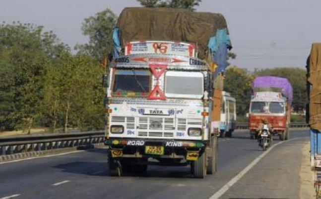 मेरठ: मौत को दावत दे रहे है ओवरलोडड वाहन