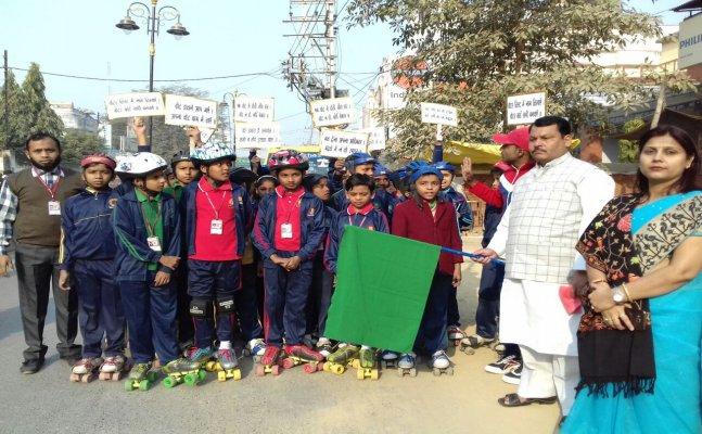 बच्चों ने रैली निकालकर मतदाताओं को किया प्रेरित