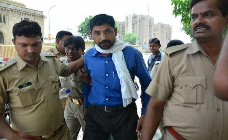 लखनऊ: विधानसभा के सामने युवक ने किया आत्मदाह का प्रयास