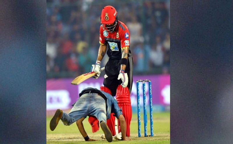 IPL 2018: मैदान में विराट से मिलने पहुंचा ये जबरा फैन