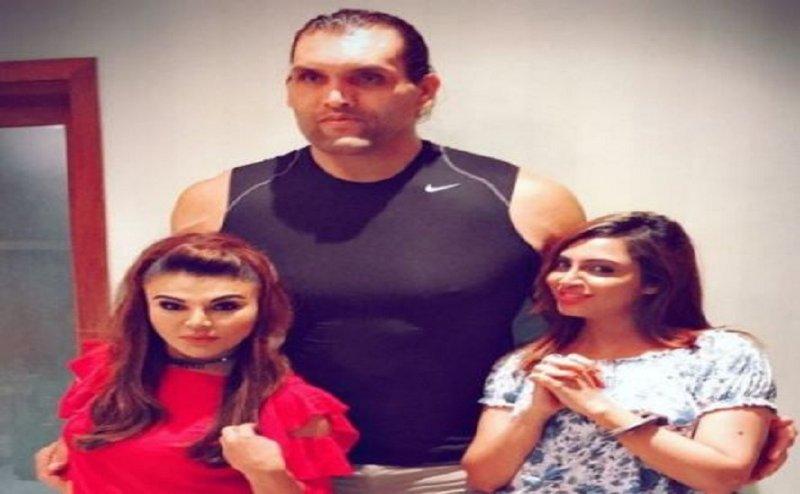 अर्शी खान और राखी सावंत ने की खली के साथ शर्मनाक हरकत, वीडियो