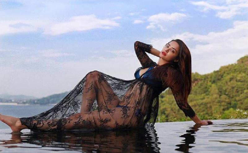 Blue Bikini में सोशल मीडिया पर आग लगा रही है Surveen Chawla