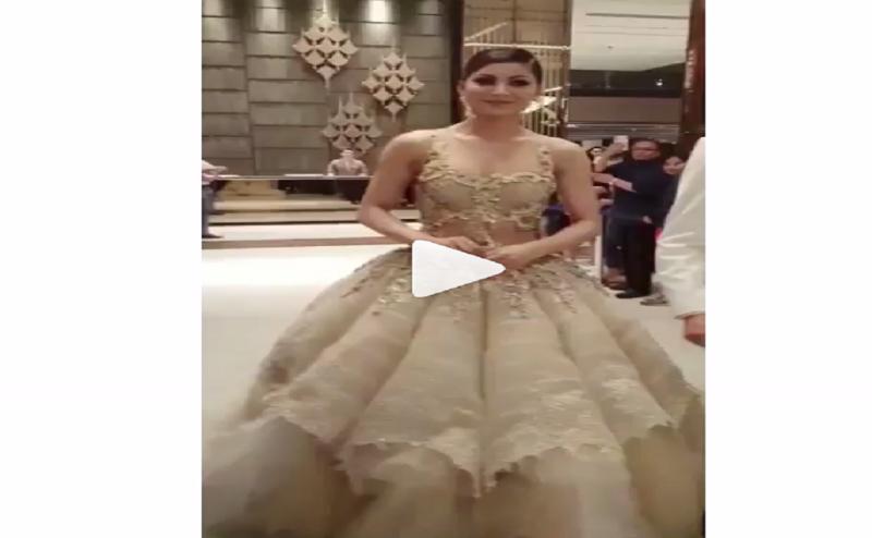 IIFA रेड कार्पेट पर उर्वशी ने पहना 80 किलो का गाउन, VIDEO