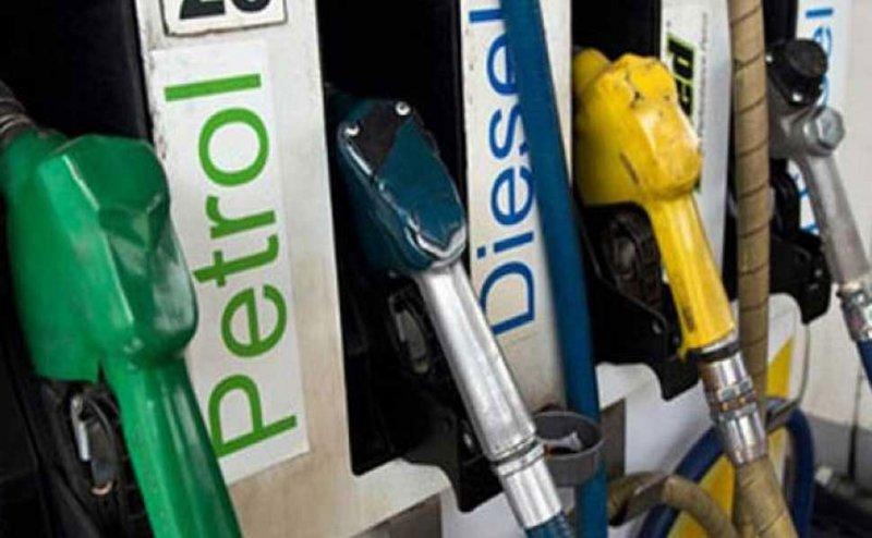 दिल्ली से सस्ता नोएडा और गाजियाबाद में बिक रहा पेट्रोल