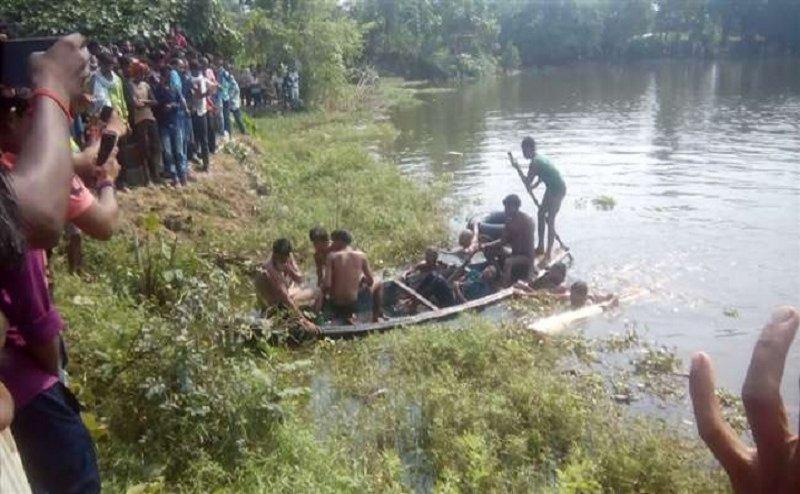 तालाब में अनियंत्रित हुई नाव, दो की डूब के मौत