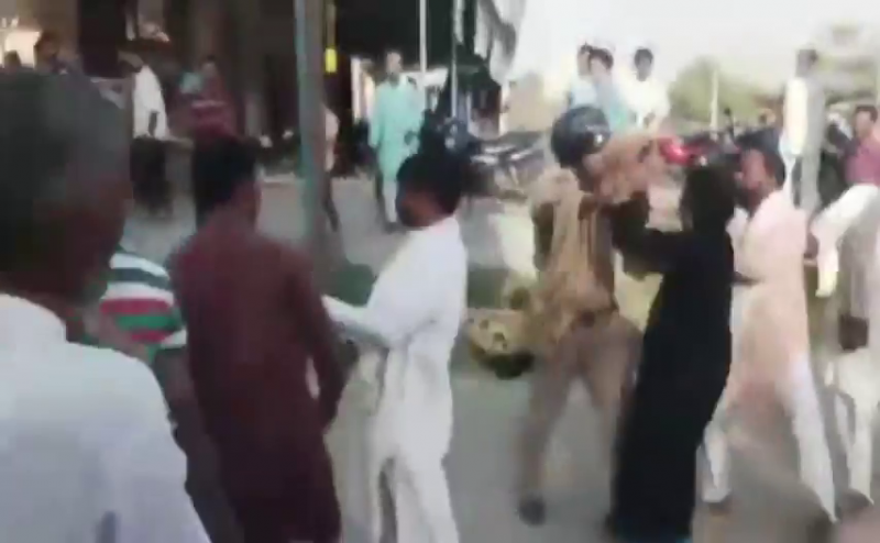 दो पक्षों के बीच हुई लड़ाई को शांत कराने पहुंची पुलिस से झड़प