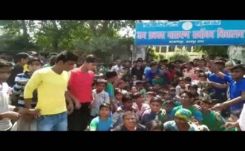 कानपुर में स्कूल में मिल रहा था खराब खाना, छात्रों ने किया हंगामा
