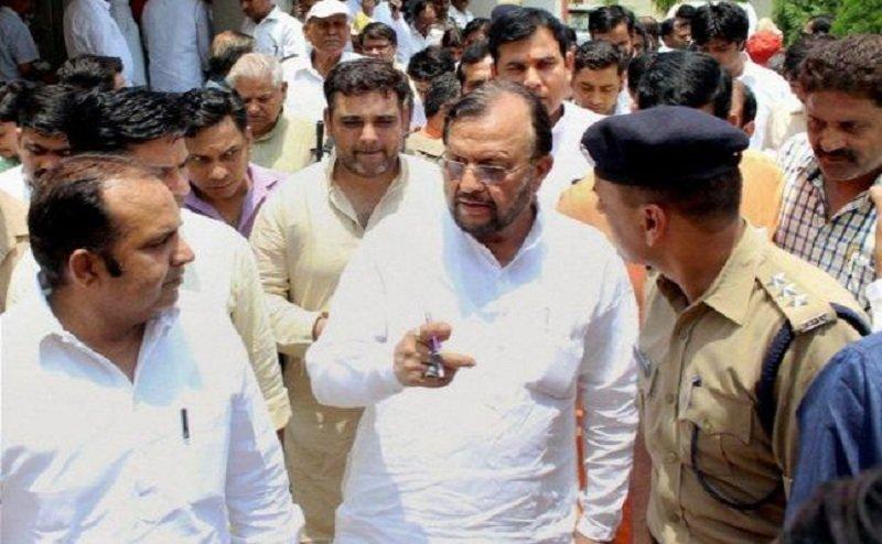 गोरखपुर में नगर विकास मंत्री सुरेश खन्ना ने नगर के 2 अधिकारी को किया सस्पेंड