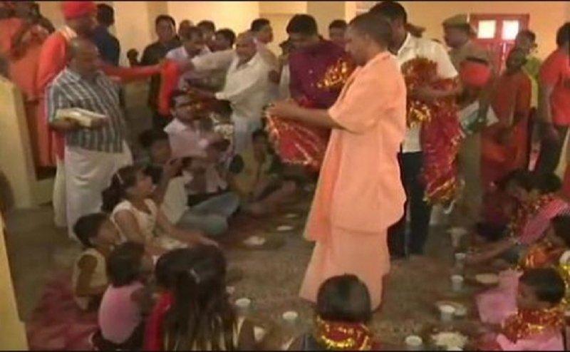 गोरखनाथ मंदिर में सीएम योगी ने किया कन्या पूजन