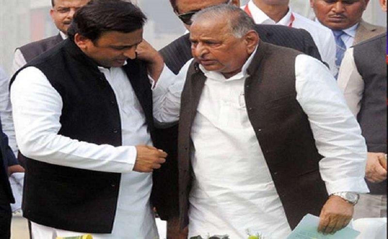 भाई के नहीं बेटे अखिलेश के साथ सपा कार्यालय में पहुंचे मुलायम सिंह यादव