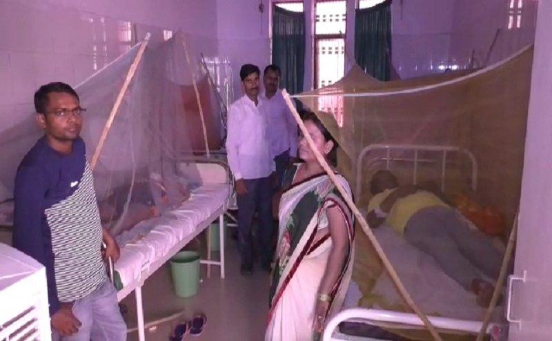 वाराणसी के पंडित दीनदयाल अस्पताल में मरीजों को लेकर आना पड़ रहा चारपाई